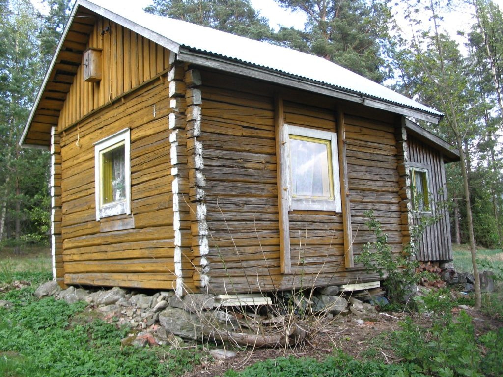 Kuva 1. Ruotusotilaan mökki Entinen mäkitupalaisen mökki Lukkarinkujalla 2014. Ollut Minkiöllä Inkin maalla ilmeisesti ensin ruotusotilaan mökkinä ja sitten kestikievarina. Siirretty mäkituvaksi Jänhijoelle Lukkarinkujalle. Mitoiltaan 4,6 m x 4,6 m. Viimeksi mökissä asui Joose Jalmari Jokela. Tiedot perustuvat mökissä syntyneen Toivo Lehtisen kertomukseen.