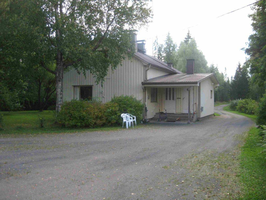 Sulo Vaittisen siirtotilan päärakennus on laitettu hienoon kuntoon. Talossa asuu poika Heikki Vaittinen.