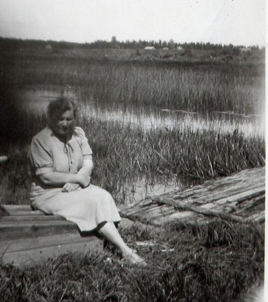 Koijoen rantaa Hevosniityn kohdalla 1930-luvulla. Joki perattiin 1950-luvulla. Kuvassa Koivulan talon tytär Lempi ja joen ylittävä kävelysilta tai lautta.